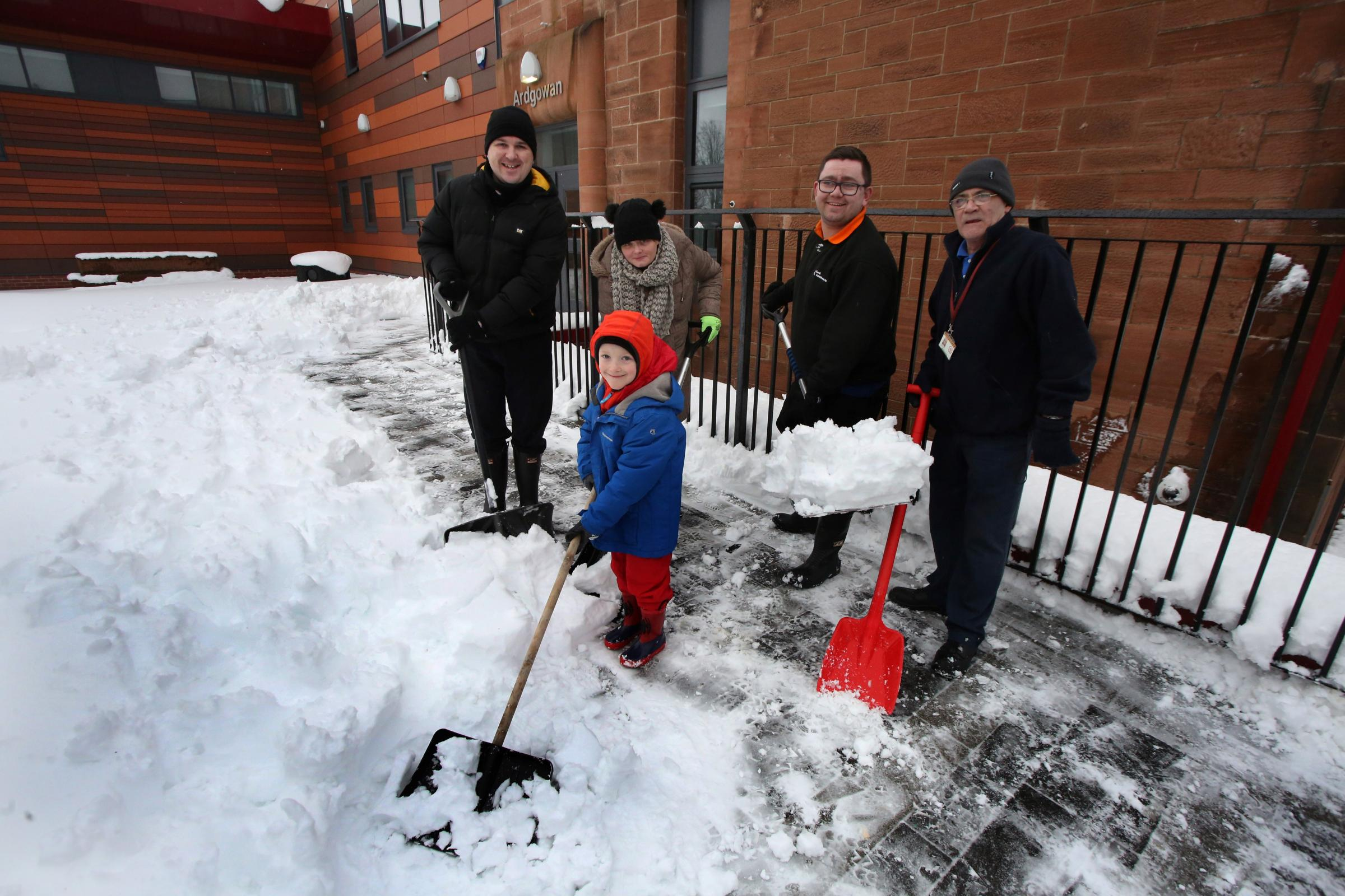 People help clear snow at Ardgowan Primary. Photo by George Munro